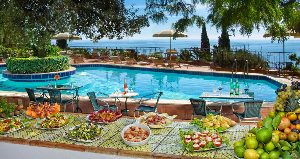 Light lunch by the pool | Hotel Taormina | Holidays in Sicily | Hotel 4 Star | Boutique Hotel Taormina